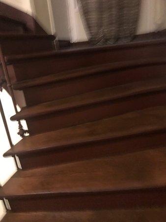 Le Grand Albert 1ER: Escalier En Bois Trop Petit à Grand Risque