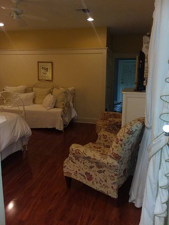 Fairview Inn: Strawberry Suite