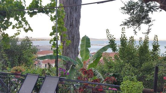 Fantastic value at a Beautiful hillside location close to small Greek port, wonderful views