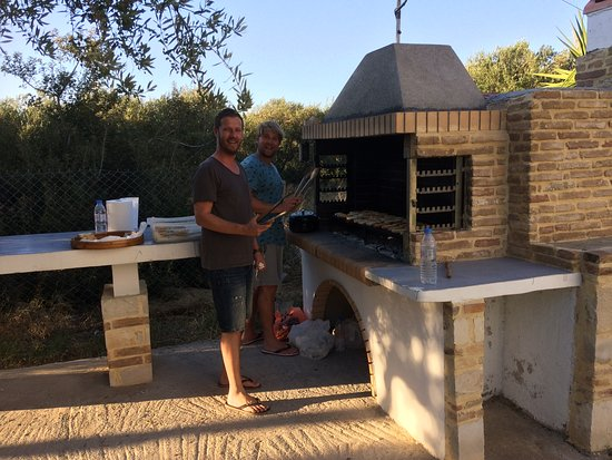 Papadakis Villas: Costa cooking the BBQ