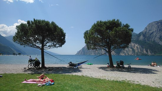 Sabbioni Beach: Nice clean well looked after beach . All you need is a light ground sheet (or a hammock ! ).