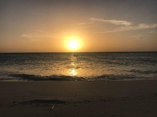 Playa Eagle Beach en el atardecer