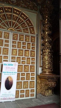 Ναός της Αδελφότητας του Ιησού (Ιγκλέσια ντε λα Κομπανία ντε Χεσούς): The exterior doors give some hint of the inside.