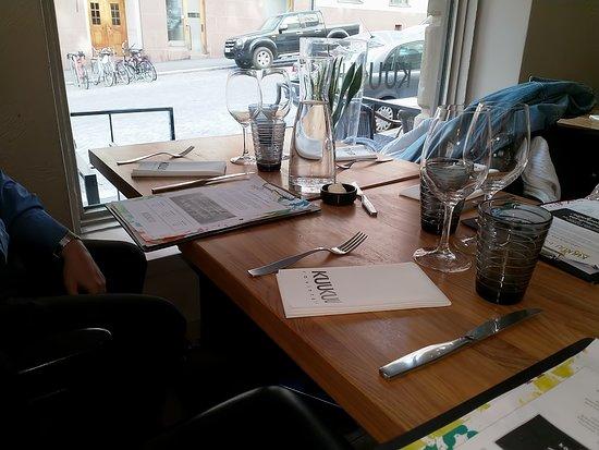 Ravintola KuuKuu: ein Blick auf den Tisch und aus dem Fenster - gemütlich ist es