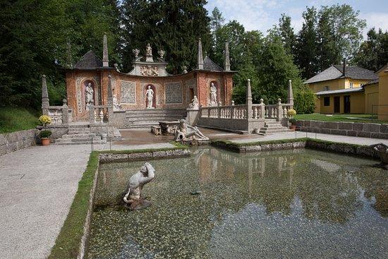 ปราสาทเฮลล์บรุน: Uno de los estanques del Palacio