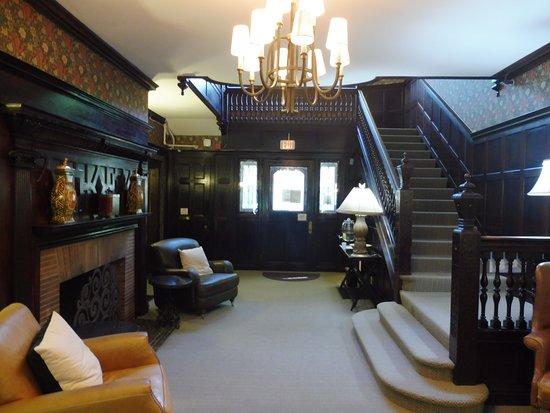 Longwood Inn: Lobby avec la vue sur l'entrée.