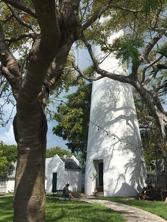 Key West Lighthouse and Keeper's Quarters Museum: Looking up at the lighthouse