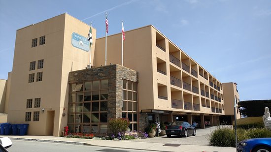 Monterey Bay Inn: Lobby and elevator at the front. Self-parking garage. Oceanfront rooms far end.