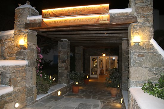 Vencia Hotel: outside entrance to hotel and restaurant