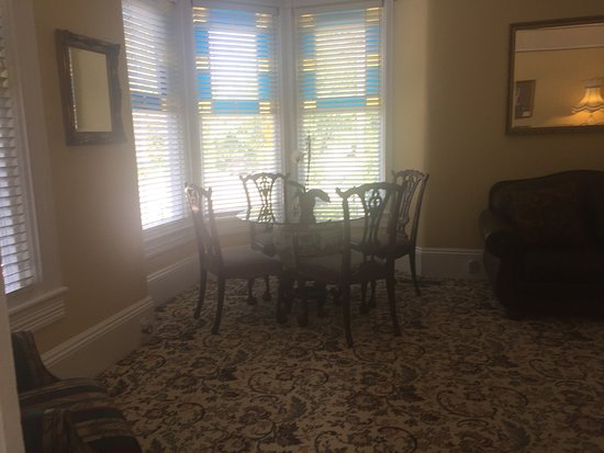 Deer Creek Inn: Front room - perfect for an intimate breakfast or for cards/games later in the day.