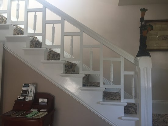 Deer Creek Inn: Beautiful detail work throughout the house including the staircase and finials.