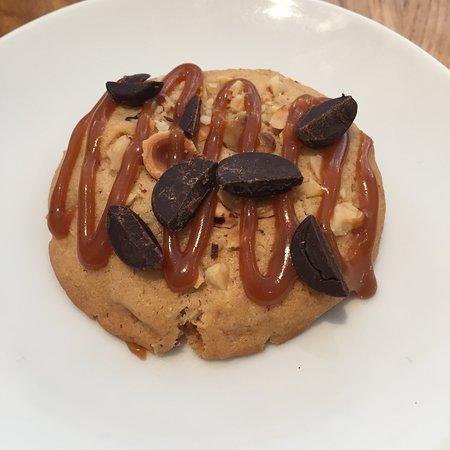 Cookie maison, noisettes, caramel beurre salé, éclat de chocolat
