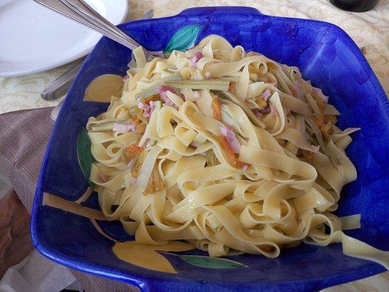 Strevi, Италия: tagliolini fatti in casa conditi con un leggero sugo di fiori e zucchine e pancetta a dadini