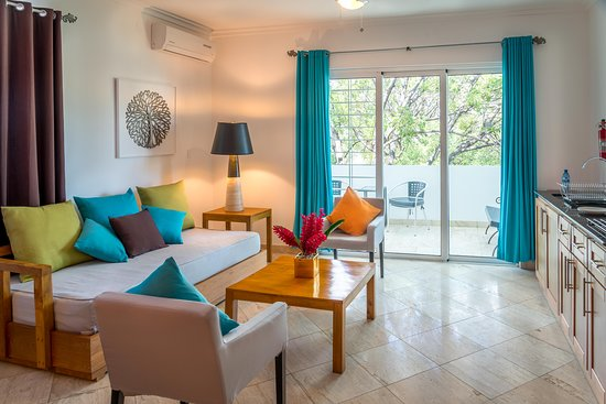 Hotel Montana Haiti: Junior Executive living area and balcony w/ Garden View