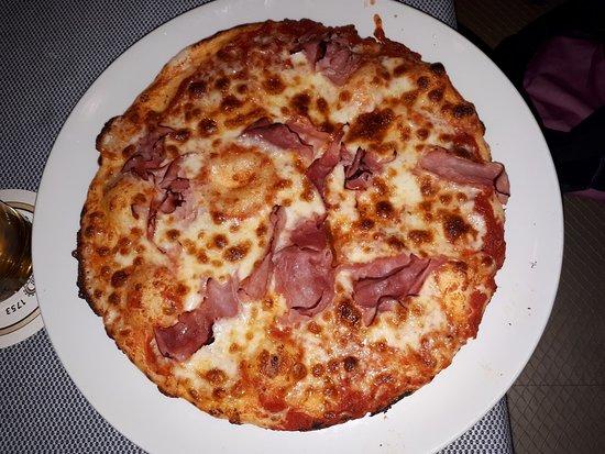 Diessen, Alemanha: Pizza Prosciutto: Vorderschinken, Tomatensauce, Mozzarella