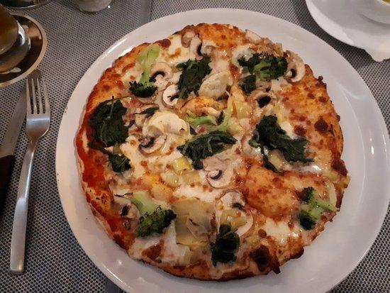 Diessen, Alemanha: PizzaVegetale:Blattspinat,Peperoni(mild!),Broccoli,Artischocken,Champignons,Tomatensauce,Mozzare
