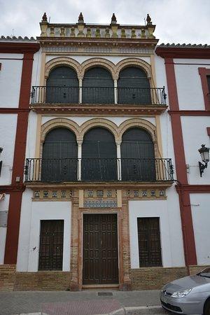 Carmona, Spain: Una de las casas de la Plaza de San Fernando