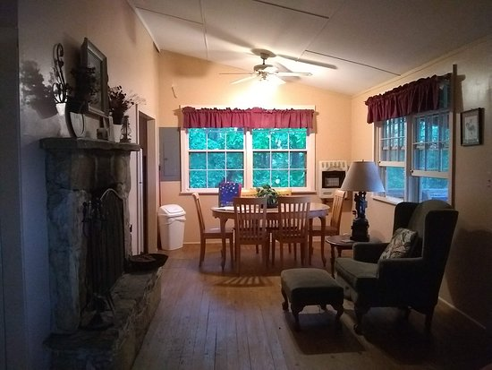 Cullowhee, NC: Dinning area and fireplace