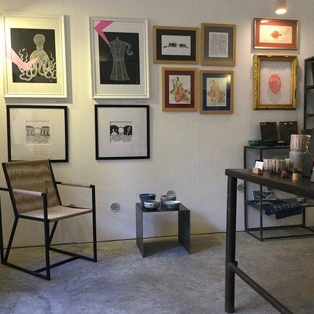 Materia Mediterranea: parete con quadri, sedia di design, oggettistica in ceramica