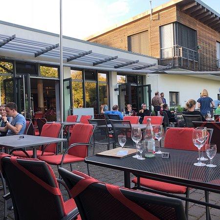 Rauenthal, Alemanha: Tolle Aussenterrasse mit grandiosem Blick und schöner Gastraum