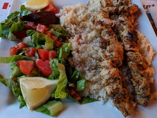 Prescott, Kanada: #4 chicken bits on a skewer with a bed of rice and chickpeas and a salad