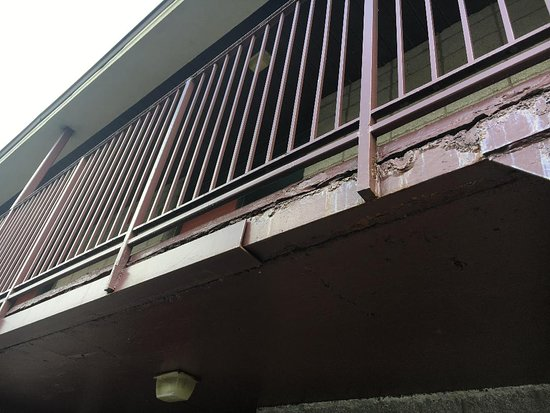 Howard Johnson Hotel & Suites by Wyndham Springfield: Rotting Second Floor Railings, Safety Hazard!