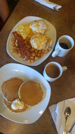 Perkins Restaurant & Bakery: Ovos Benedict e panquecas