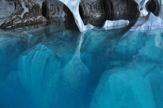 Puerto Guadal, Cile: Detalle de reflejos en la catedral de mármol