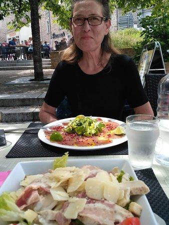 La Cave: Salade Ceasar en Carpaccio van tonijn met roze peper