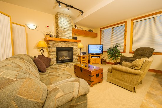 Grizzly Lodge - living room
