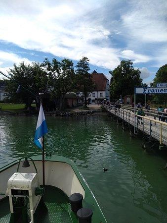 Upper Bavaria, Germany: Chegada na ilha. o restaurante é a primeira construção que aparece