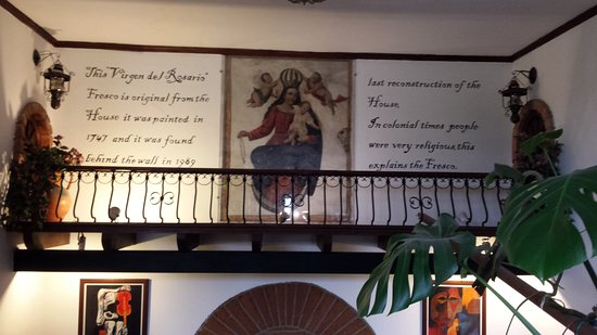 Hotel San Francisco de Quito: Decoration on the staircase.