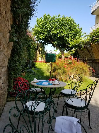 Antiche Mura Hotel: Breakfast garden area