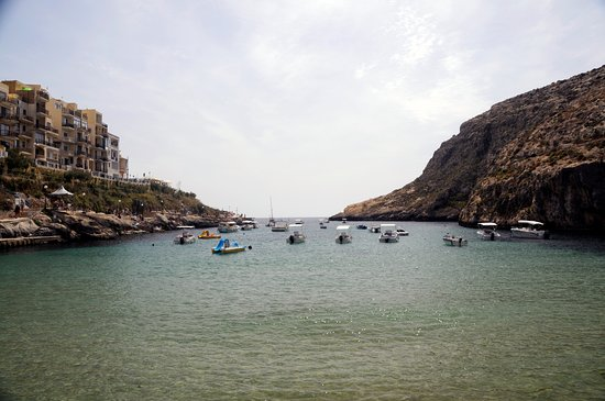 Xlendi Beach, Cliff and Caves: Vacker liten bukt