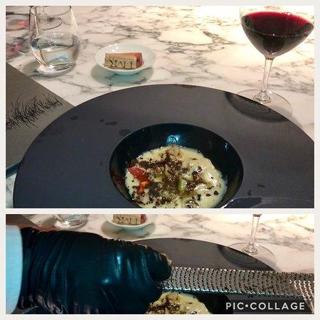 """Xerta Restaurant: Mostrando nuestros vinos y posando a la entrada de """"XERTA"""""""