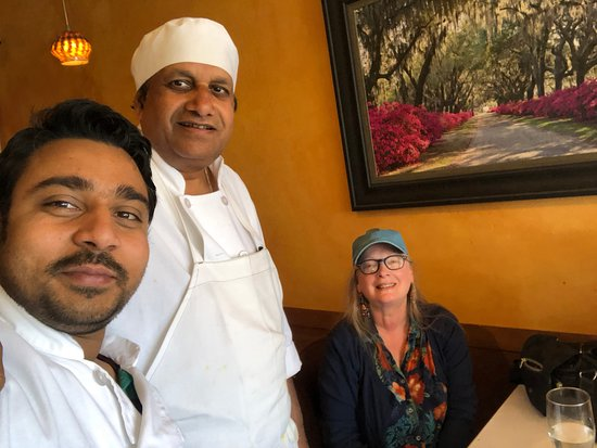 El Granada, CA: Waiter Sy and Chef take selfies with us.