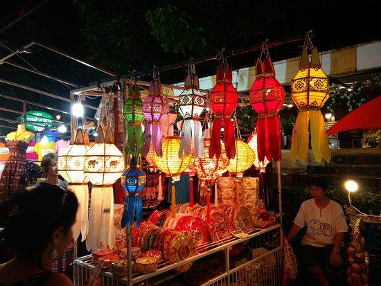 Tha Pae Walking Street : Lanternes