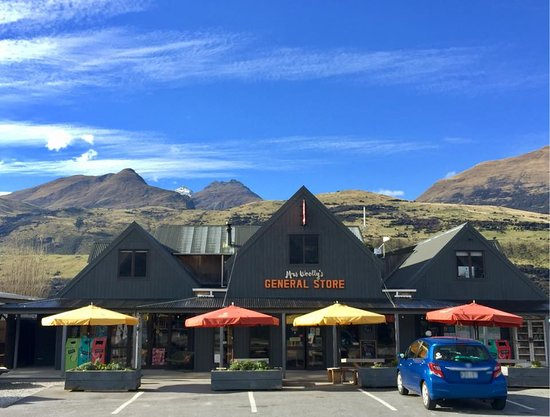 Glenorchy, New Zealand: Blue skies above Mrs Woolly's General store today