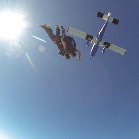 Parachutisme Nouvel Air: Moi et mon premier saut en parachute en août 2017. Un cadeau d'une amie c'est un des plus beaux!