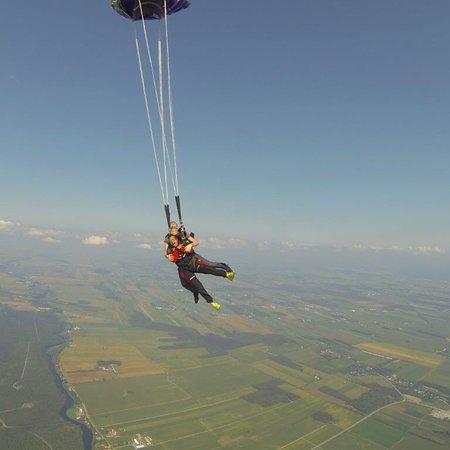 Farnham, Canada: Moi et mon premier saut en parachute en août 2017. Un cadeau d'une amie c'est un des plus beaux!