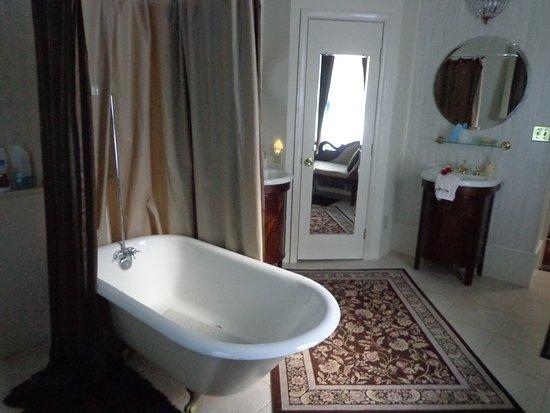 Rose Hill Bed & Breakfast: Claw tub bath