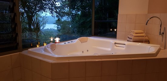 Montville Grove: The spa bath in Lake Cottage