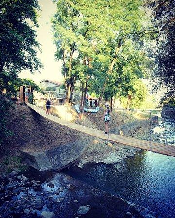 Collodi, Italia: I percorsi avventura nel Parco di Pinocchio. Passaggio sul fiume.