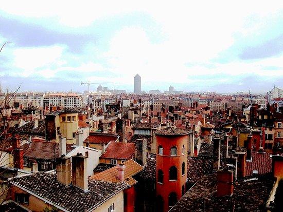 Oullins, França: Vieux Lyon, tours, cheminées et toitures...