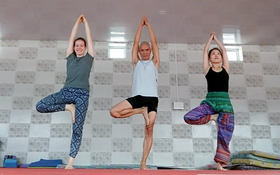 Tapovan, Ινδία: yoga with other guests at their yoga shala