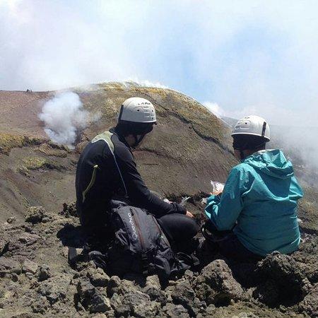 Nicolosi, إيطاليا: Etna Cratere Centrale 3.345 m - Turisti in Escursione 