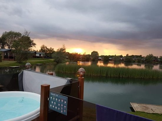 Sunset over the lake picture of tattershall lakes country park tattershall tripadvisor for Tattershall lakes swimming pool
