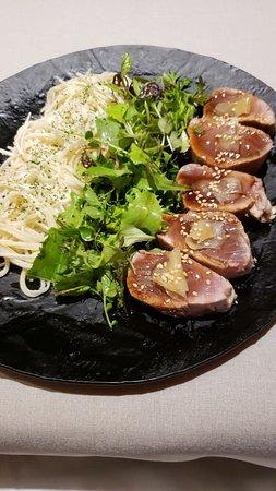 Soeta: Atum levemente selado com gengibre e molho de shoyu, berinjela assada e folhas verdes