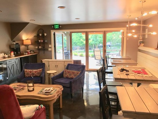 Little Arrow Outdoor Resort: Point & Feather Coffee Lounge