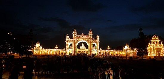 Palacio Real de Mysore: 20180610_191905_large.jpg